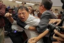 Şüphelilerin Çin'e iadesi yasası Hong Kong meclisini karıştırdı, çok sayıda yaralı