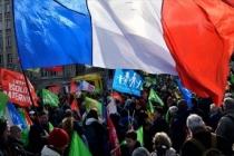 Macron'un görüşme yaptığı Versay Sarayı'nın çevresinde emeklilik reformu protestosu