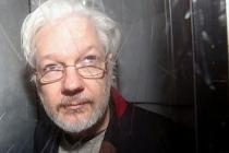 Assange, ABD'ye iade davasında hakim karşısına çıktı