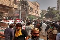 Pakistan'da dehşet..Yolcu uçağı yerleşim alanına düştü