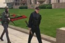 Belarus Devlet Başkanı Lukaşenko, elinde silahla başkanlık konutuna geldi