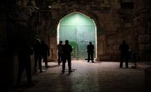 Kudüs'te teravih namazını Mescid-i Aksa'nın kapılarında kılıyorlar