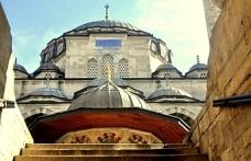 Hacerü'l-Esved parçaları hangi camilerde bulunuyor?