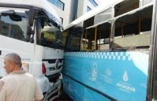 Tuzla'da hafriyat kamyonu halk otobüsüne çarptı