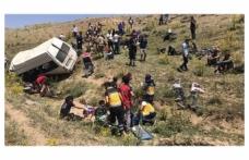 Van'da göçmenleri taşıyan minibüs devrildi, ölü ve yaralılar var