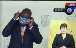 Güney Afrika Cumhurbaşkanı'nın maske takma girişimleri, sosyal ağ kullanıcılarını eğlendirdi