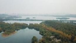 Çin'in Hangzhou kentindeki Batı Gölü'nden sonbahar manzaraları