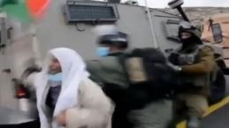 İsrail askerleri Filistinli yaşlı adamı yaka paça gözaltına aldı