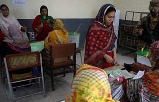 Pakistan'da seçim merkezine bombalı saldırı,...