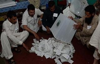 Pakistan seçimlerinde muhalif lider önde, itirazlar...
