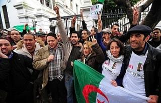 """Cezayirliler Buteflika'ya """"artık yeter""""..."""