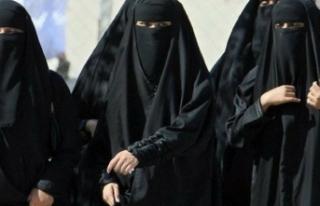 Burka yasağına defileli protesto