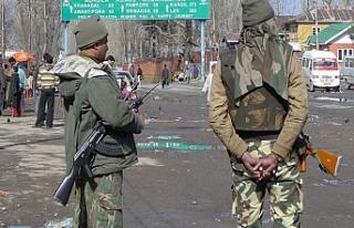 Hint güçleri kör eden silahla saldırmaya devam...