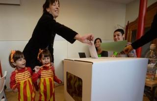 Katalonya'da 'yasaklı halk oylaması' başladı