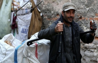 Beş dil bilen Suriyeli kağıt toplayarak geçiniyor
