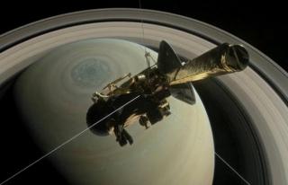 Satürn'ün atmosferine teğet geçti