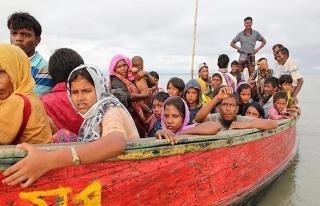 Akdeniz'de kaçak göçmenleri taşıyan tekne, gemi...
