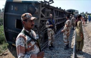 Pakistan'da demir yolunda patlama: Yaralılar var