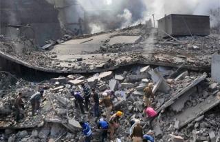 Hindistan'da yangın çıkan fabrika çöktü: 11...