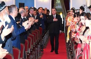 Tacik yazar ülke liderine methiyeyi abarttı
