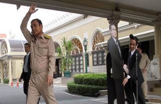 Tayland Başbakanı Prayut'tan sorulara karşı maketli...