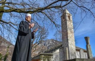 Saat kulesini andıran minaresiyle zamana direnen...