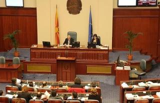 Makedonya'da Arnavutça'nın resmi dil olması meclisten...