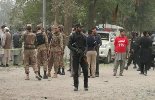 Pakistan'da polis aracına bombalı saldırı: Ölü...