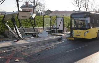 Üsküdar'da halk otobüsü durağa daldı: 3 ölü