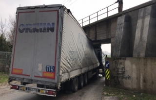 Edirne'de bir tır köprüye sıkıştı