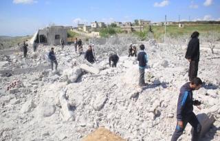 Esed'in uçakları İdlib'i vurdu: 2 çocuk hayatını...