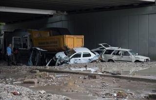 Ankara'da arabaları dahi sürükleyen selin izleri...