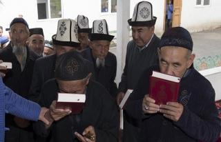 TDV Kırgızistan'da 10 bin mealli Kur'an-ı Kerim...