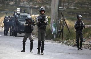 İşgal güçleri Gazze sınırında bir Filistinliyi...
