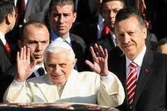 Papa Erdoğan ile havaalanında görüştü