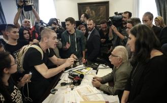 Yunanistan'da liselilerden Bakanın odasını baskın
