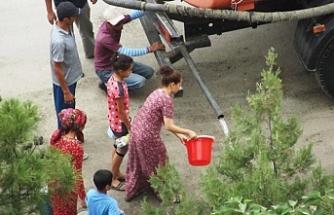 Aşkabatlılar yaz sıcağında içme suyu sıkıntısı çekiyor