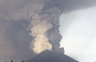 Endonezya'da aktif yanardağa çıkan turistler mahsur kaldı