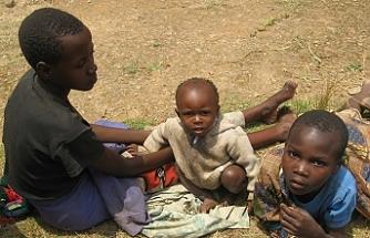 Afrika'da açlıktan kumdan pilav ayıklayan çocuklar var