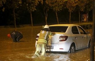 Başakşehir'de yağış nedeniyle araçlar mahsur kaldı
