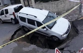 Eyüpsultan'da yol çöktü, içine araç düştü