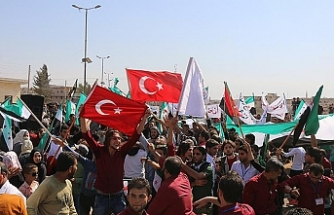 İdlib'de rejim Türk bayraklarıyla protesto edildi