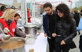 Kızılay Taksim'de aşure dağıttı