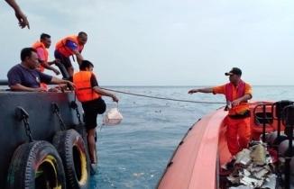 Endonezya'da denize düşen uçaktan geriye kalanlar