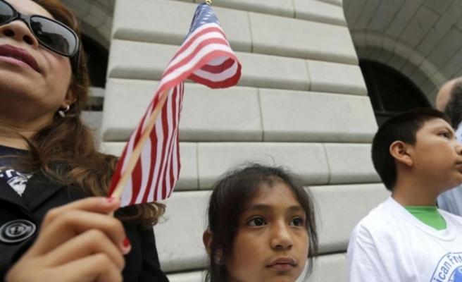 Göçmenlerin sınır dışı edilmeleri geçici olarak durduruldu