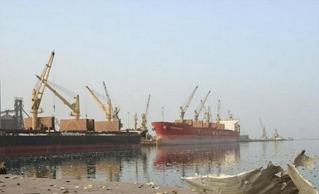 Husiler Hudeyde Limanı'na gemi girişlerini engelliyor
