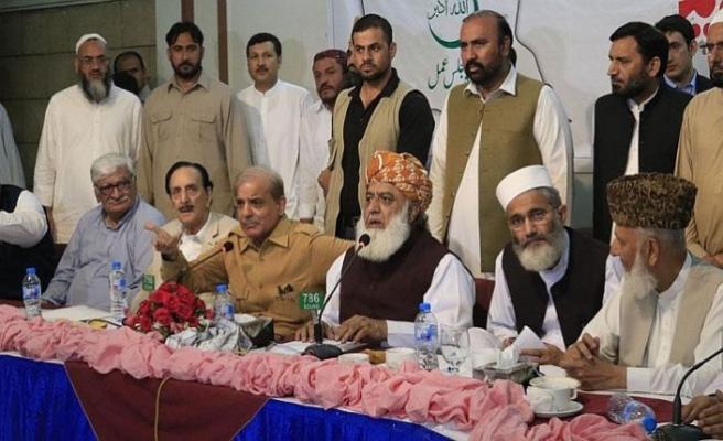 Pakistan'da kazanan dışında tüm partiler birleşti