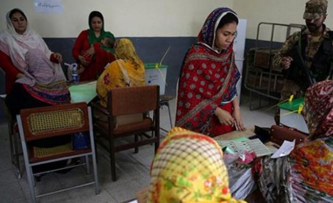 Pakistan'da seçim merkezine bombalı saldırı, 31 ölü