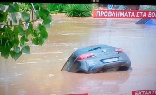 Yanan Yunanistan'ı şimdi de sel vurdu