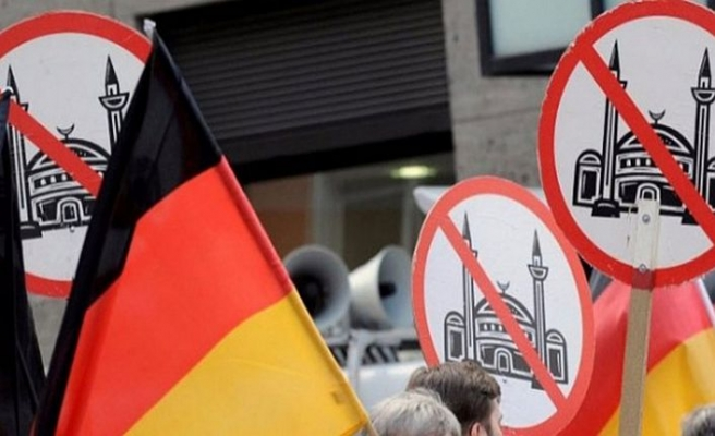Alman polisi Türk anne ve oğlunu tehdit eden ırkçıyı arıyor